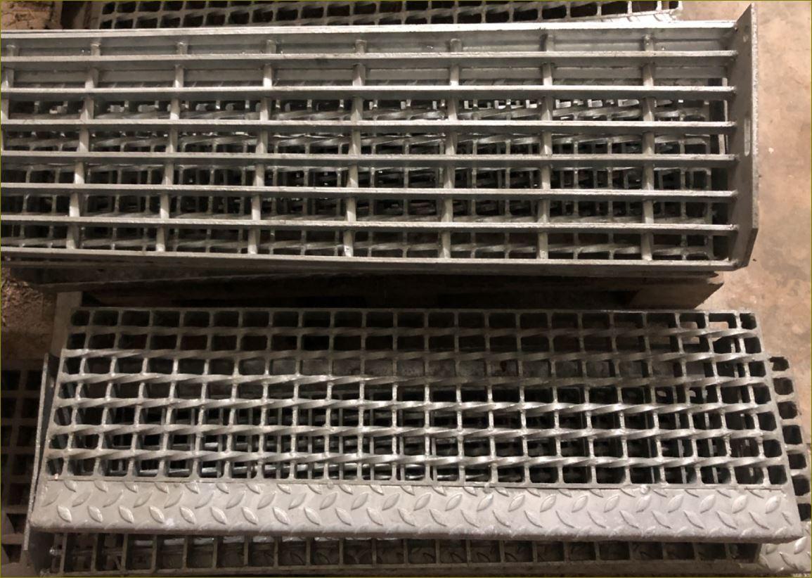 เกรตติ้งชานพักขั้นทางเดินข้างราวบันไดตะแกรงเหล็กฉีก StairCaseStepLadder Steel Grating