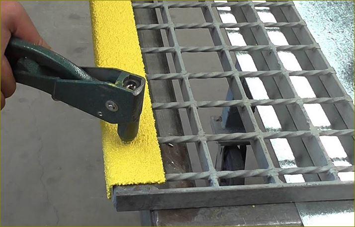 abrasive nosing cover grit surface installation แผ่นปูพื้นกันลื่นปิดจมูกขอบมุมคิ้วแผงครอบบันไดเหล็ก