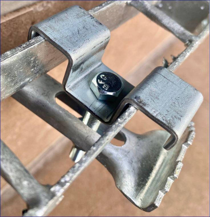 Fixedgrating ประกับ ตัวล็อค ตัวต่อ ตัวยึด ตัวแขวน ตัวรับ ตัวเกี่ยว เหล็กยืดแผงตะแกรง fastenersaddlecliplock ตัวคลิปล็อคยึดจับแผ่นตะแกรงเหล็ก