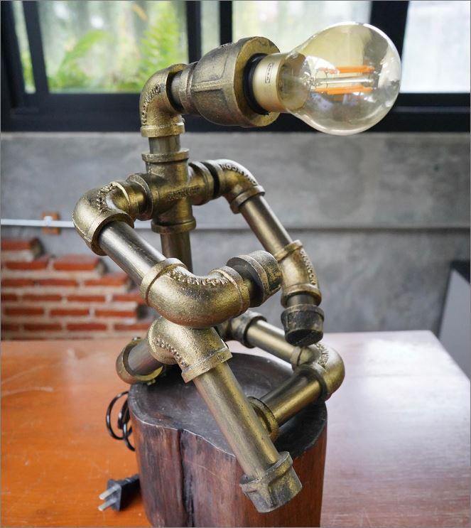 โคมไฟหุ่นยนต์ท่อเหล็กตั้งโต๊ะวางโชว์ติดผนัง ของขวัญรับปริญญาวันเกิดขึ้นบ้านใหม่    RustIronRobotStylePlumbingPipeTableLightingLamp