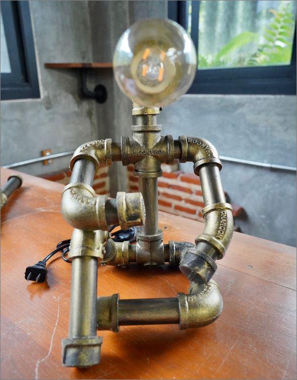โคมไฟหุ่นยนต์ท่อเหล็กตั้งโต๊ะวางโชว์ติดผนัง เฟอร์นิเจอร์ของขวัญวันเกิดตกแต่งบ้านร้านกาแฟ   IndustrialSteampunkLightingTablePipeLampRobot