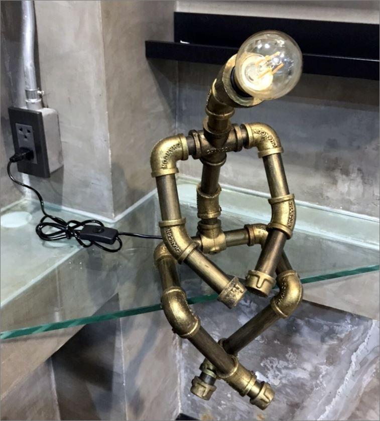 โคมไฟหุ่นยนต์ท่อเหล็กตั้งโต๊ะวางโชว์ติดผนัง ของขวัญวันเกิดแปลกใหม่แนวเก๋หรู   CuteIdeaGiftSet IronPipeLightingLampRobot