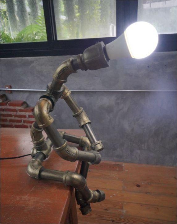 โคมไฟหุ่นยนต์ท่อเหล็กตั้งโต๊ะวางโชว์ติดผนัง เฟอร์นิเจอร์ชุดของขวัญตกแต่งบ้านร้านกาแฟ   IndustrialSteampunkTablePipeLampRobot