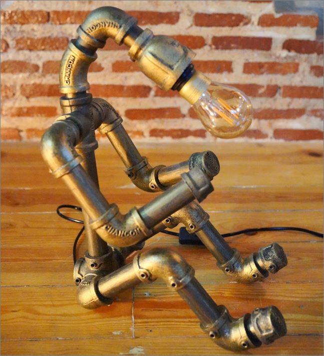 โคมไฟหุ่นยนต์ท่อเหล็กตั้งโต๊ะวางโชว์ติดผนัง ของขวัญตกแต่งบ้านร้านกาแฟ   HomeDecorativeGiftSet DIYLightingPipeLampRobot