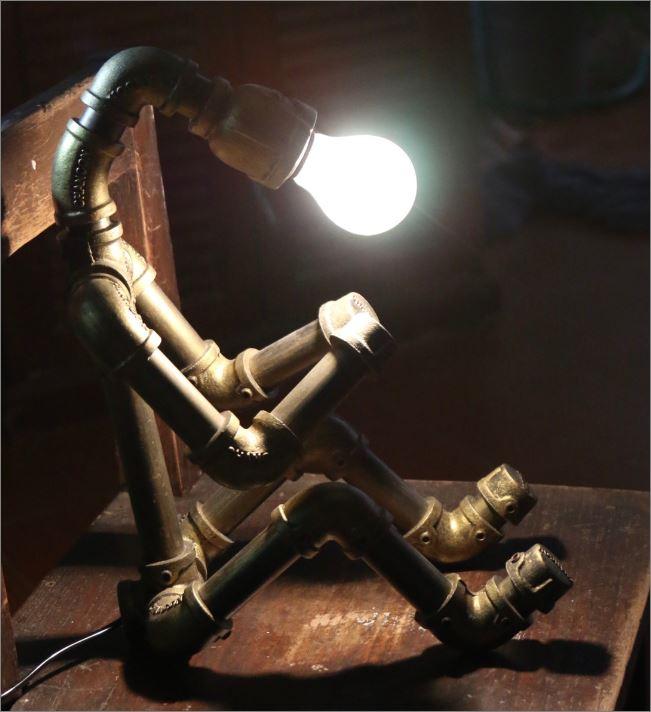 โคมไฟหุ่นยนต์ข้อต่อท่อประปาเหล็กตั้งโต๊ะวางโชว์ติดผนัง ของขวัญวันรับปริญญาแปลกใหม่เก๋หรู   CuteIdeaGiftSet IronPipeLightingLampRobot