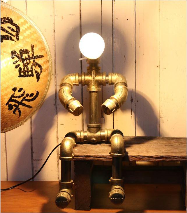 โคมไฟหุ่นยนต์ท่อเหล็กตั้งโต๊ะวางโชว์ติดผนัง ของขวัญขึ้นบ้านใหม่แปลกใหม่แนวเก๋หรู   CuteIdeaGiftSet IronPipeLightingLampRobot