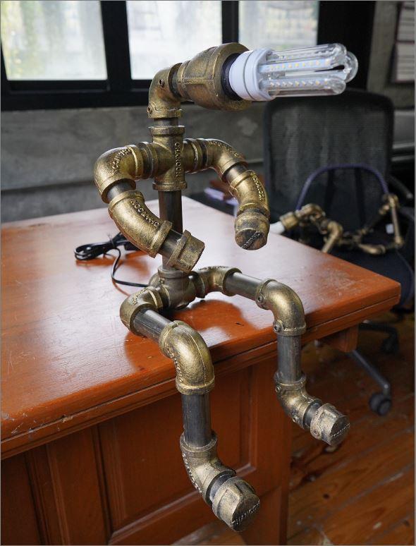 โคมไฟหุ่นยนต์ท่อเหล็กตั้งโต๊ะวางโชว์ติดผนัง ของขวัญตกแต่งบ้านร้านกาแฟ   HomeDecorativeGiftSet TableLightingPipeLampRobot
