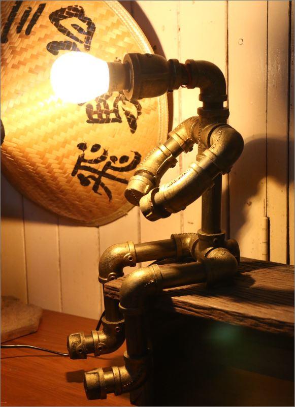 โคมไฟหุ่นยนต์ท่อเหล็กตั้งโต๊ะวางโชว์ติดผนัง ของขวัญวันพิเศษแปลกใหม่แนวเก๋หรู   CuteIdeaGiftSet IronPipeLightingLampRobot