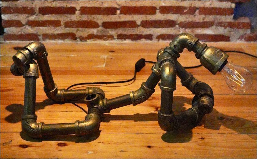 โคมไฟหุ่นยนต์ท่อเหล็กตั้งโต๊ะวางโชว์ติดผนัง ของขวัญตกแต่งบ้านร้านกาแฟคอนโดวันเกิด   IndustrialSteampunkTablePipeLampRobot