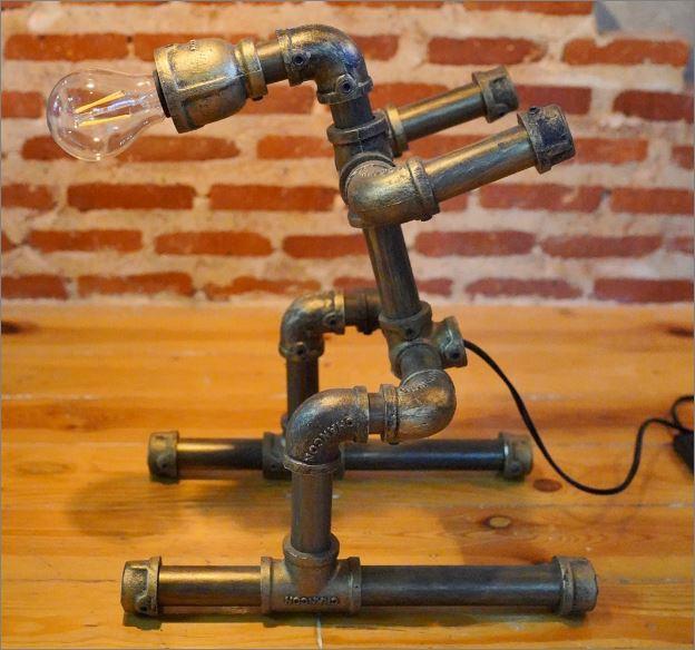 โคมไฟหุ่นยนต์ท่อเหล็กตั้งโต๊ะวางโชว์ติดผนัง ของขวัญตกแต่งบ้านร้านกาแฟ  Skierนักสกี HomeBirthdayGiftSet DIYDecorativePipeLampRobot