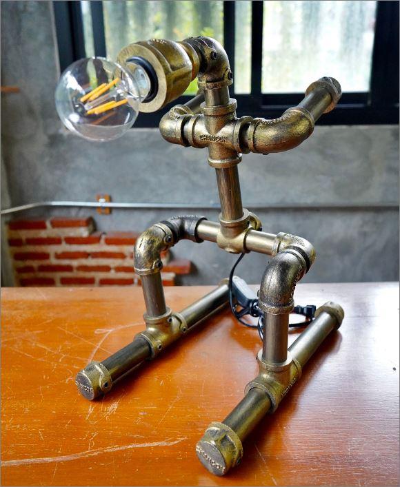 โคมไฟหุ่นยนต์ท่อเหล็กตั้งโต๊ะวางโชว์ติดผนัง ของขวัญวันเกิดขึ้นบ้านใหม่  นักสกีSkier  RustIronRobotStylePlumbingPipeTableLightingLamp