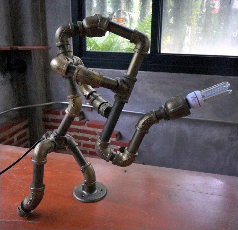 โคมไฟหุ่นยนต์ท่อเหล็กตั้งโต๊ะวางโชว์ติดผนัง ของขวัญตกแต่งบ้านร้านคอนโดวันเกิด   SaxaphoneMan  RustIronRobotStylePlumbingPipeTableLightingLamp