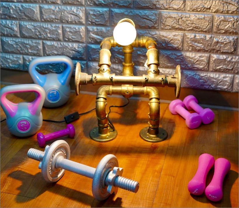 หุ่นยนต์โคมไฟท่อเหล็กตั้งโต๊ะวางโชว์ติดผนัง    WeightLifterFitness RustIronRobotStylePlumbingPipeTableLightingLamp