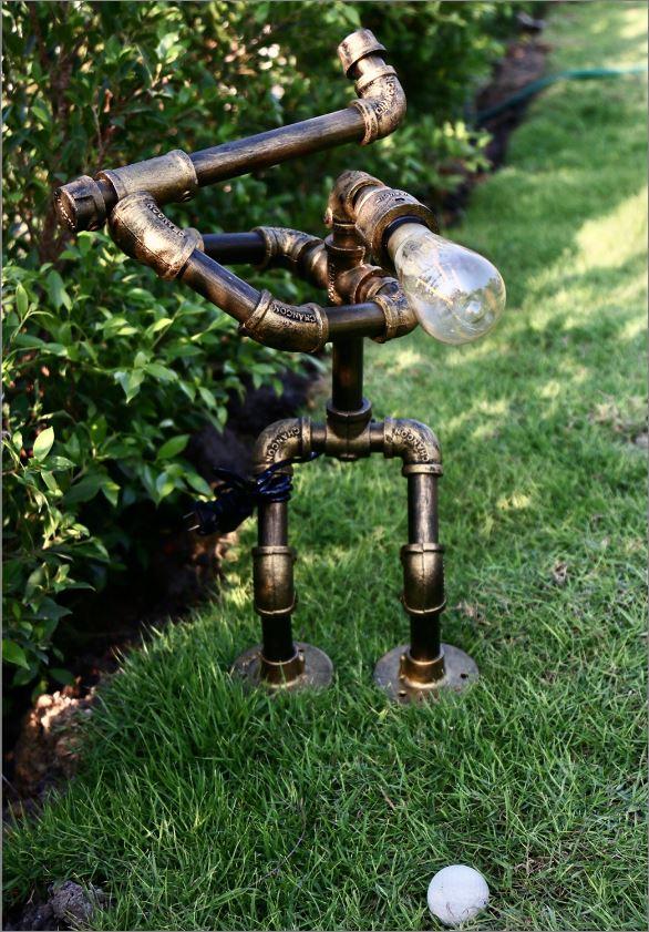 โคมไฟหุ่นยนต์ท่อประปาแป๊ปเหล็กตั้งโต๊ะวางโชว์ติดผนัง ของขวัญตกแต่งร้านกาแฟวันเกิดขึ้นบ้านใหม่  GolferCartoon GoldenRustIronRobotStylePlumbingPipeTableLightingLamp